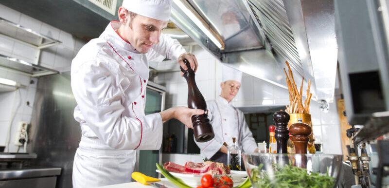 技能ビザで働いている外国人料理人